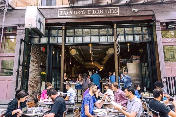 Imagen de clientes comiendo en la terraza del Jacob's Pickles