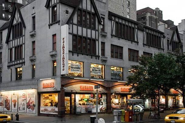 Imagen de la parte delantera de la tienda Zabar's en la esquina de una calle de Upper West Side