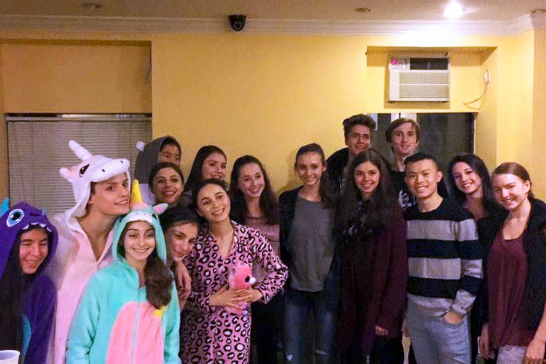 Imagen de un grupo de jóvenes residentes reunidos en una zona común del edificio.
