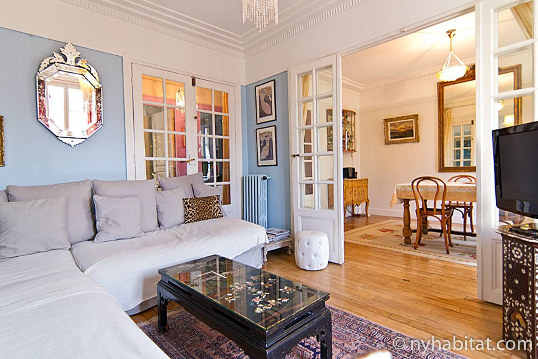 Imagen de la sala de estar de PA-4631 con candelabros y paredes de color azul pastel.