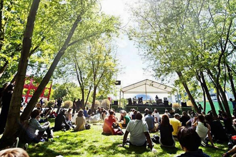 Imagen de un festival de música al aire libre en un parque en París.