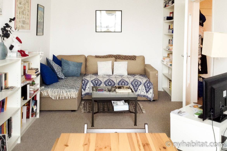 Imagen de la sala de estar de PA-4715 con paredes llenas de libros.