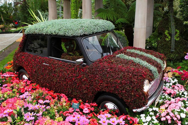 Imagen de un Mini Cooper hecho de flores en el Espectáculo Floral de Chelsea