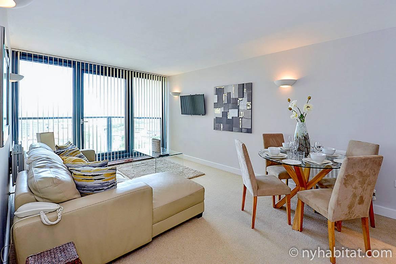 Imagen de la sala de estar de LN-1179 con mesa de comedor, sofá esquinero y balcón