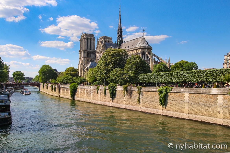 Imagen de la catedral de Notre Dame al lado del río Sena