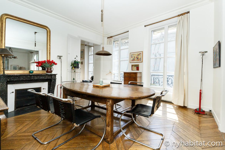 Imagen de la mesa de comedor y de la decorativa chimenea del apartamento PA-2278