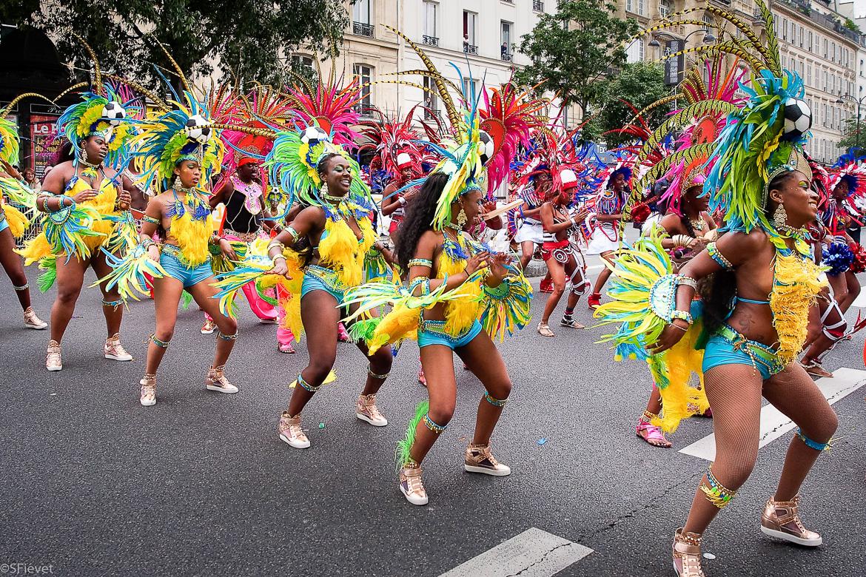 Imagen de bailarinas vestidas en trajes coloridos caribeños en los Campos Elíseos