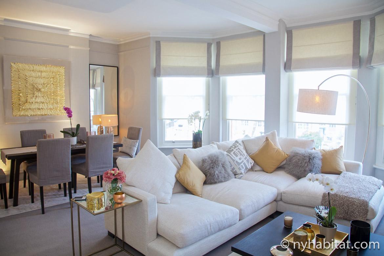 Imagen de la sala de estar con sofá esquinero y mesas auxiliares en el LN-1673