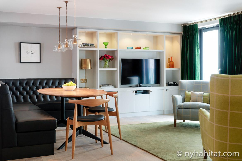 Imagen de la sala de estar del LN-812 en Knightsbridge con zona de comedor, asientos de cabina de cuero y televisión