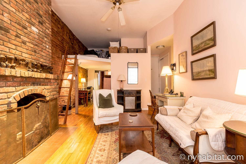Imagen del salón del NY-12100 con chimenea decorativa, almacenamiento en el altillo y sofá
