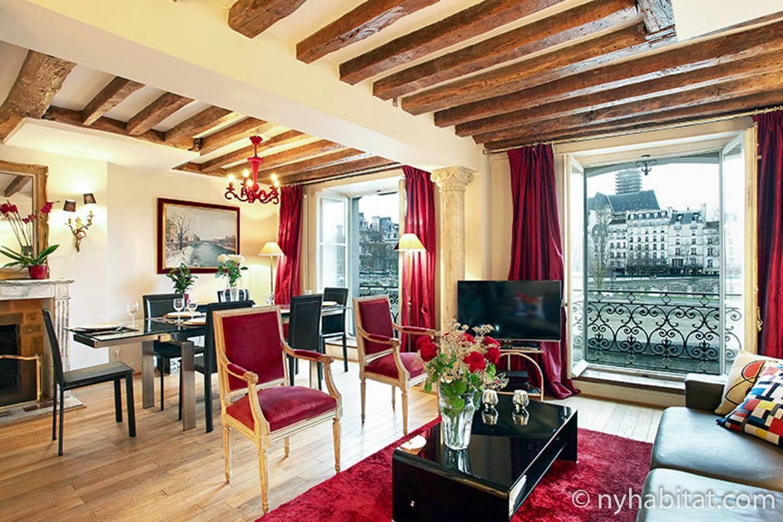 Imagen del salón del PA-3085 con zona para sentarse, mesa de comedor y chimenea decorativa.