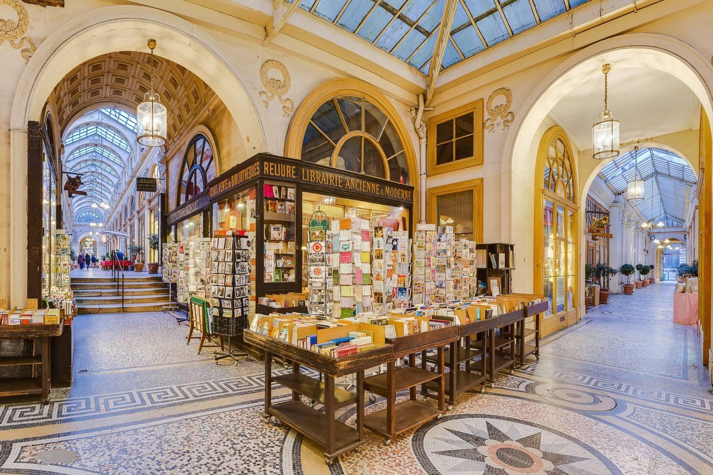 Imagen de un centro comercial con galerías cubiertas en París.