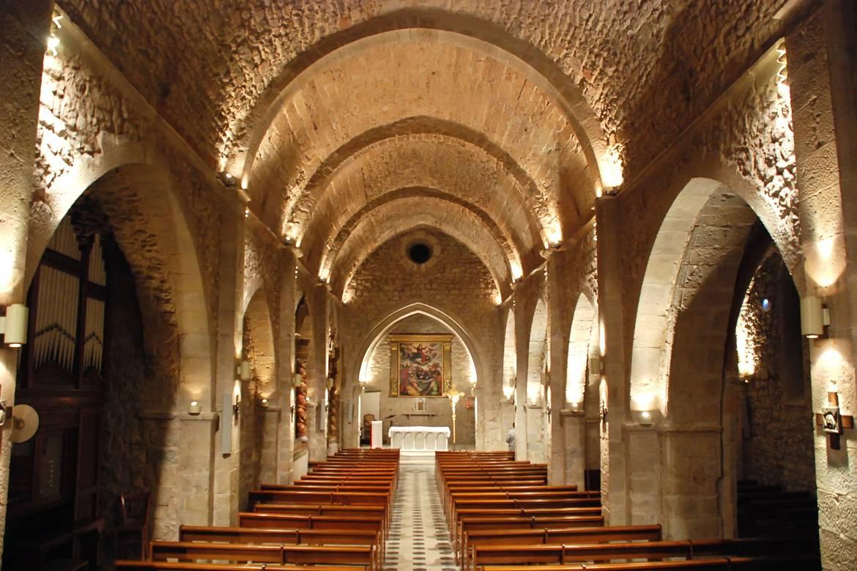 Imagen de una iglesia de piedra en Gréoux-les-Bains, Provenza.