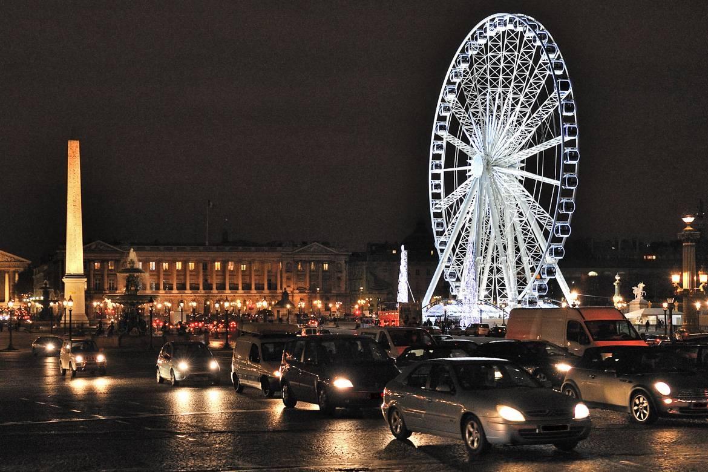 Imagen de la plaza de la Concordia de París por la noche.