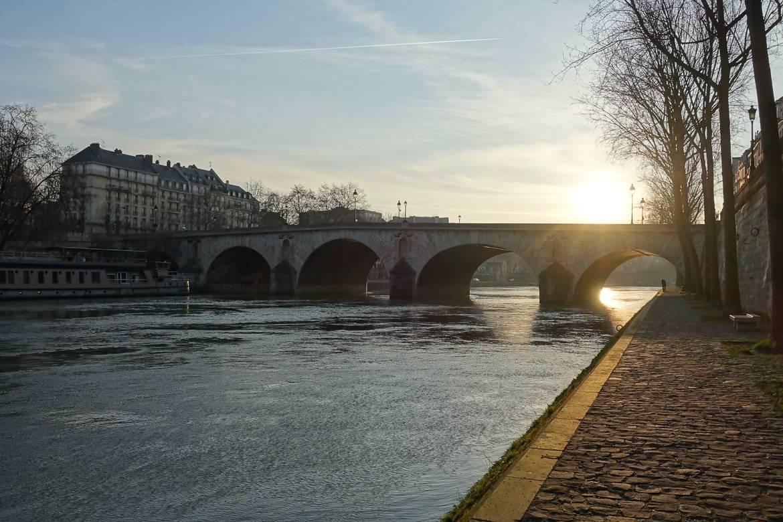 Imagen del puente Marie de París durante el ocaso.
