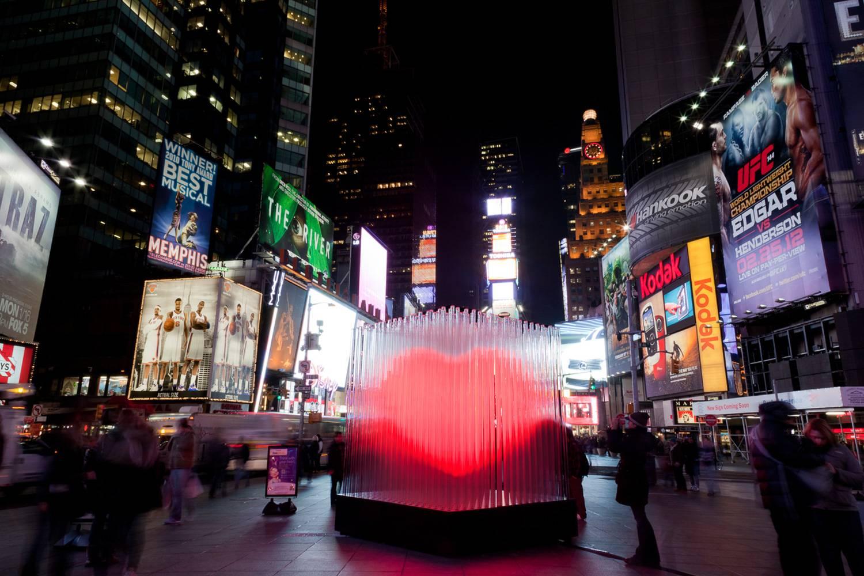 Imagen de la escultura de corazón de San Valentín de Times Square en 2012 en Times Square.