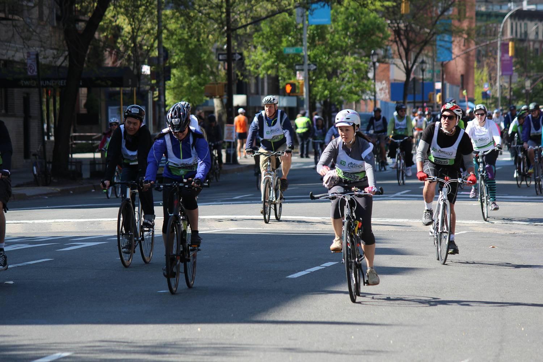 Imagen de ciclistas en el 5 Boro Bike Tour en la ciudad de Nueva York.