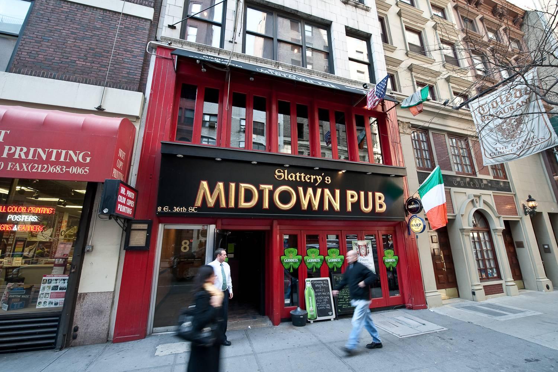Imagen de un pub irlandés en Midtown Manhattan decorado con tréboles para el Día de San Patricio.