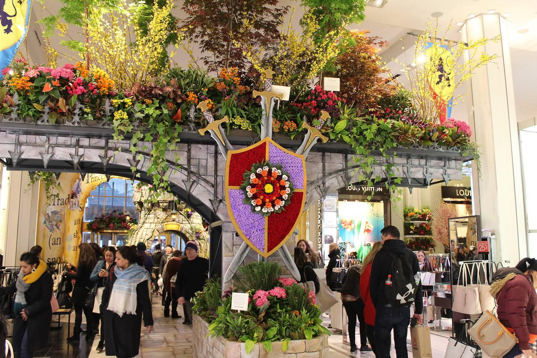 Imagen de una exhibición con temática medieval en el Espectáculo Floral de Macy's de 2018.