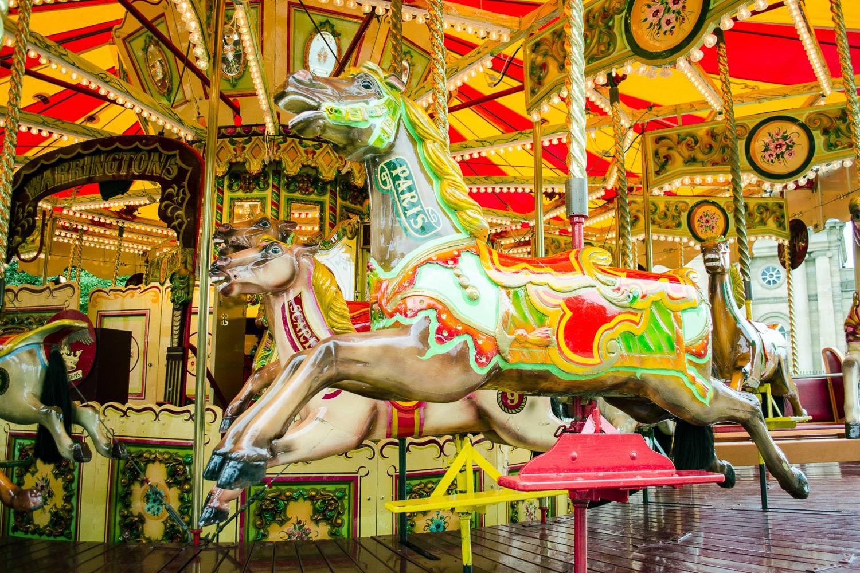 Imagen de los caballos de un carrusel en un carnaval.