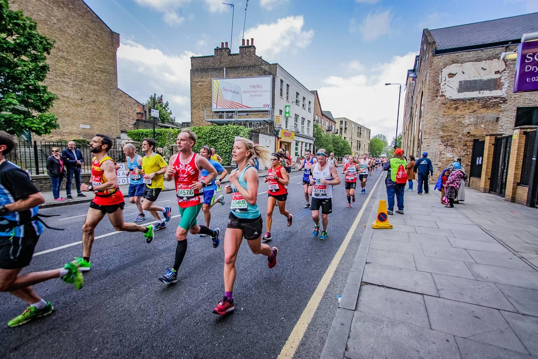 Imagen de los participantes de la carrera siguiendo la ruta de la maratón de Londres.