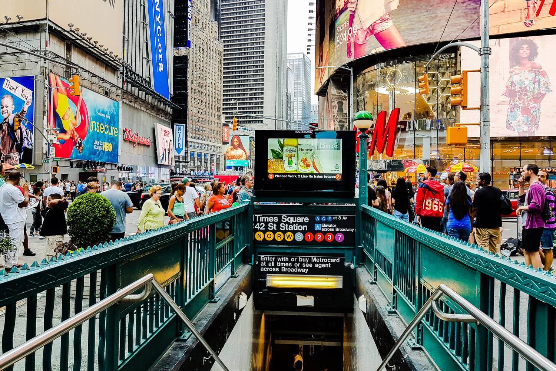 Imagen de la entrada a la estación Times Square – 42nd Street en Times Square, Nueva York.