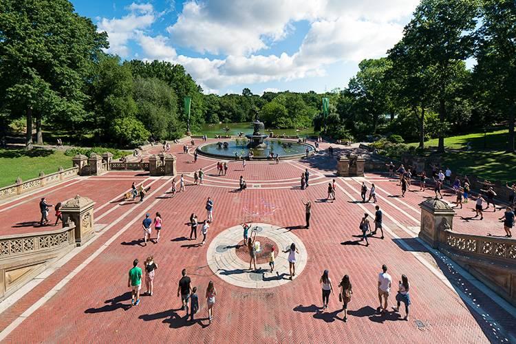 Imagen de la terraza de Bethesda en Central Park en un día soleado de verano.