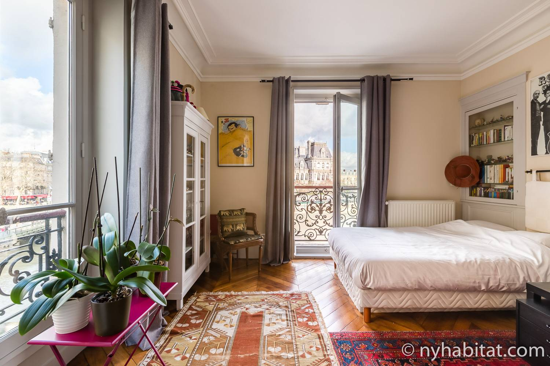 Imagen de dormitorio en PA-4767 con cama de matrimonio, armario y obra de arte.