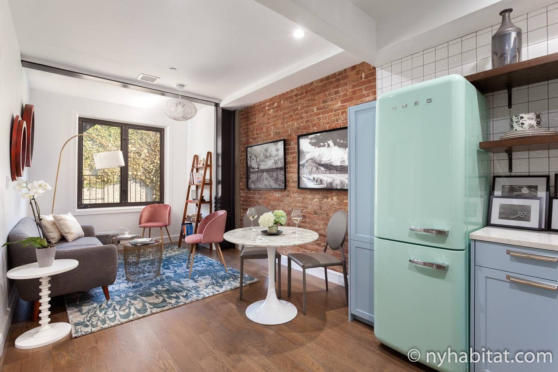 Imagen de una zona de estar en NY-17858 con un sofá, mesa, sillas y una nevera.