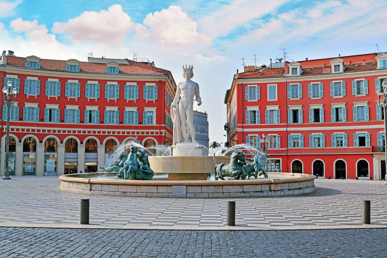 Imagen de la estatua de Apolo en la Fuente del Sol en la Plaza Masséna de Niza.