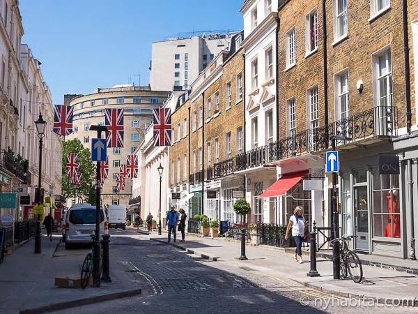 Imagen de una calle de Knightsbridge abarrotada de escaparates.
