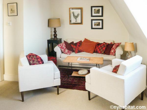 Imagen de la sala de estar del alojamiento LN-70 con un sofá y dos sillones.