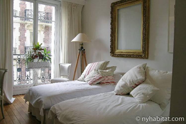 Imagen de un dormitorio en PA-3703 con dos camas individuales.