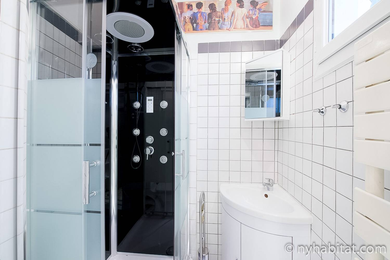 Imagen del baño de azulejos blancos en PA-4405.