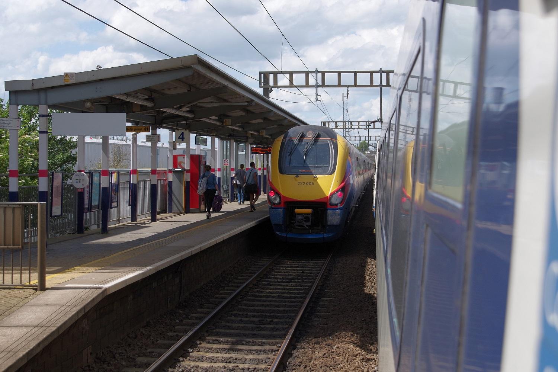 Imagen de un tren en la Avenida del Aeropuerto de Luton.