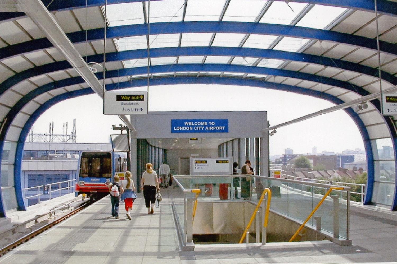 Imagen del andén de la estación DLR del aeropuerto de la ciudad.