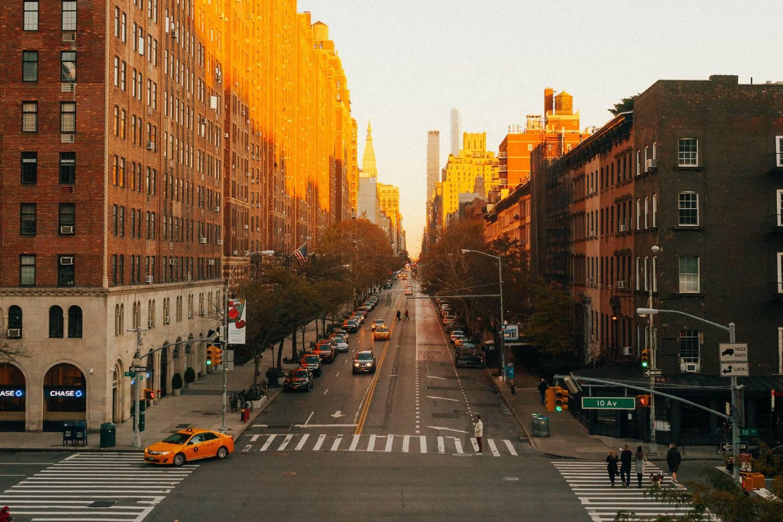 Imagen de la 10.ª Avenida en Chelsea al atardecer durante la temporada de otoño.