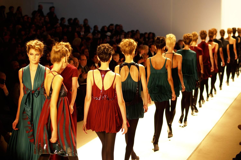 Imagen de modelos caminando por una pasarela durante el desfile de la Fashion Week de Nueva York.