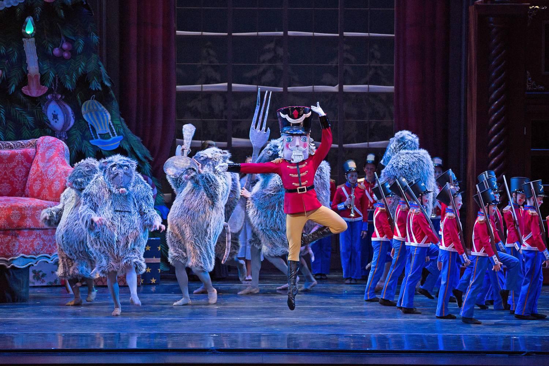 Imagen de bailarines vestidos como soldados de juguete y ratones en el Cascanueces.
