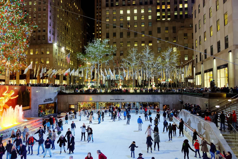 Imagen de gente patinando por la noche junto al famoso árbol en el Rockefeller Center.