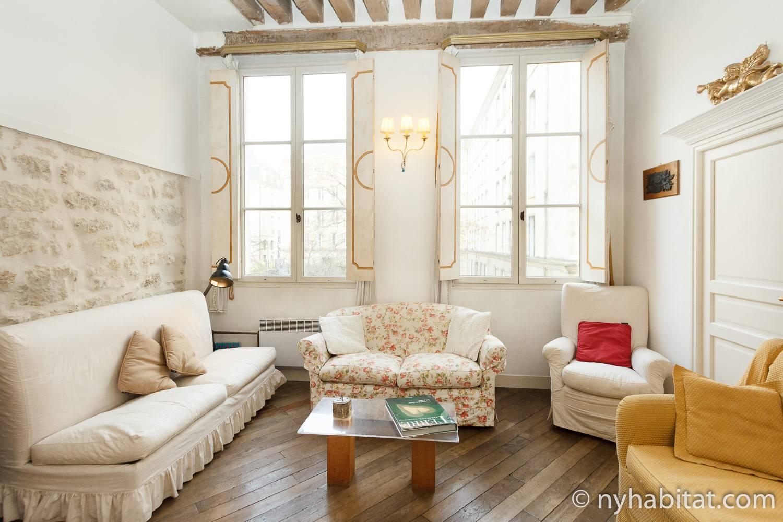 Imagen del apartamento amueblado PA-4608 con muebles blancos y detalles amarillos.