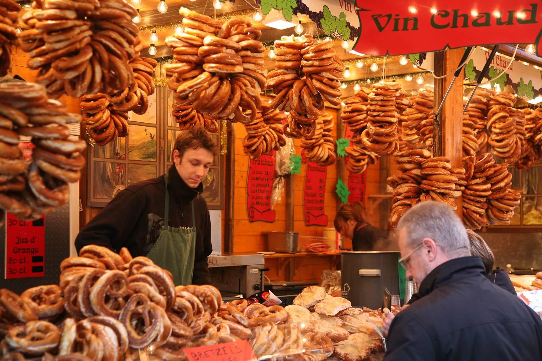 Imagen de un puesto que vende pretzels y vin chaud. Los pretzels están expuestos y colgados por todo el puesto.