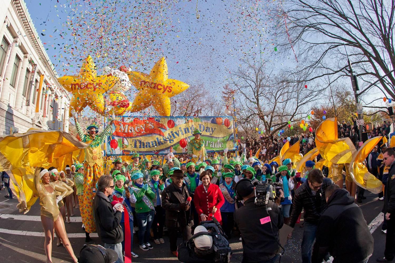 Imagen de miembros de A&T's Blue & Gold Marching Machine de Carolina del Norte con Al Roker en el desfile del Día de Acción de Gracias de Macys.