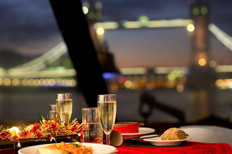 Imagen de una cena romántica en un crucero en Londres.