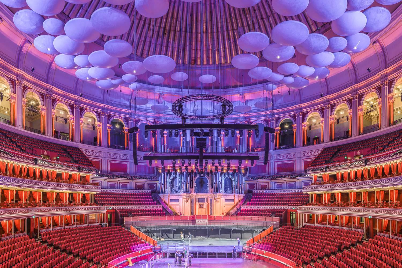 Imagen de una vista central del Royal Albert Hall en un tono púrpura.