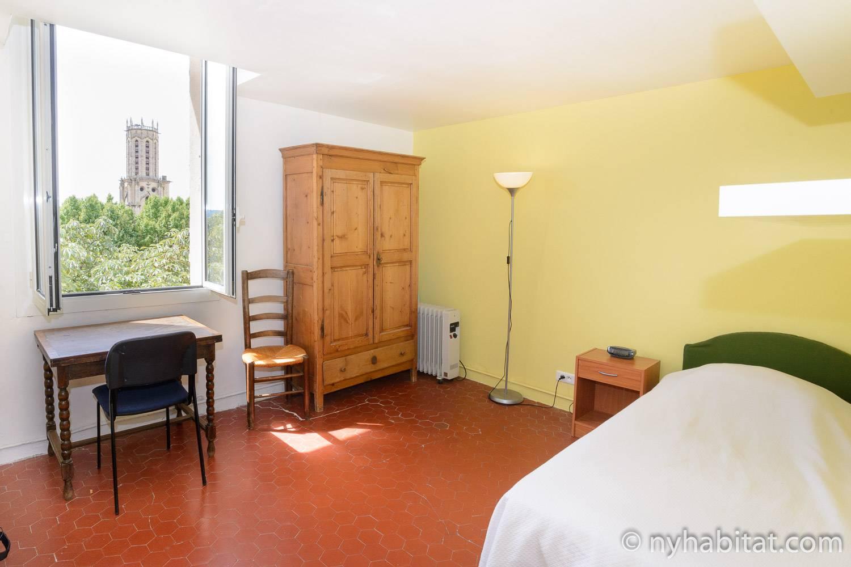Imagen del dormitorio en PR-919 con cama individual y escritorio.