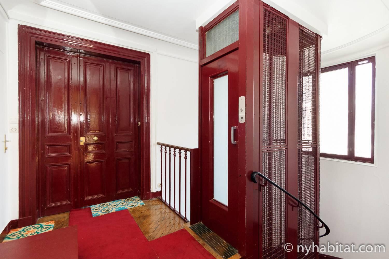 Imagen del pasillo y ascensor en el edificio del apartamento de alquiler en Luxemburgo PA-4153.