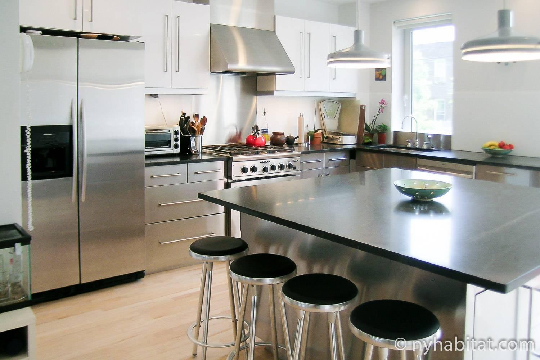 Imagen de la cocina totalmente equipada del apartamento amueblado NY-14914 en Park Slope, Brooklyn, con isla central y taburetes