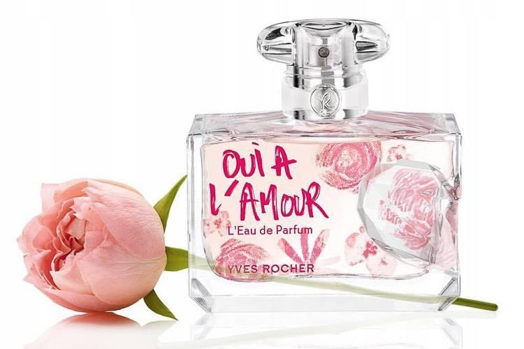 Imagen de un frasco de perfume francés de Oui a L'Amour de Yves Rocher y una rosa rosa (Crédito de la foto: archiwum.allegro.pl)