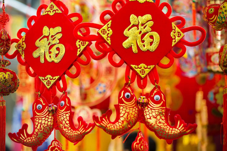 Imagen de decoración china colgante en rojo y dorado y con un pez